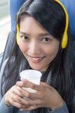 Kvinnaridning på bussen royaltyfria bilder