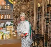 Kvinnasäljare i orientalisk nationell kläder på den internationella gröna veckan Berlin f.m. 20 01 2016 Arkivfoton