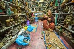 Kvinnasäljaren i studiosouvenirna shoppar in på den Durbar fyrkanten Royaltyfria Foton