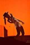 Kvinnasångare Cleo Panther från den Parov Stelar musikbandet som sjunger direkt på fotografering för bildbyråer