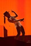 Kvinnasångare Cleo Panther från den Parov Stelar musikbandet som sjunger direkt på royaltyfria foton