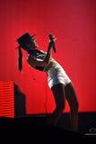 Kvinnasångare Cleo Panther från den Parov Stelar musikbandet som sjunger direkt på royaltyfri foto