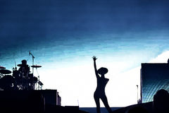 Kvinnasångare Cleo Panther från den Parov Stelar musikbandet som sjunger direkt på arkivfoton