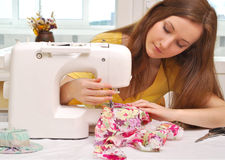 Kvinnasömmerskaarbete Royaltyfria Foton