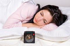 Kvinnasömn på säng royaltyfria foton