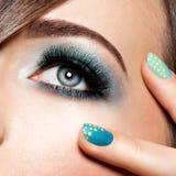 Kvinnas öga med turkosmakeup Långa falska ögonfrans makro s arkivbild