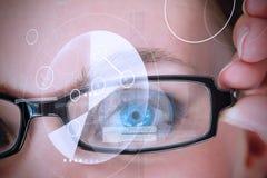 Kvinnas öga som avläs för bemyndigande arkivfoton