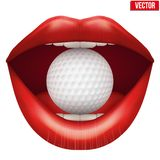 Kvinnas öppna mun med golfboll i kanter Fotografering för Bildbyråer