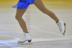 Kvinnas ben i isskridskor royaltyfri foto