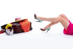 Kvinnas ben och fyllda resväska Fotografering för Bildbyråer