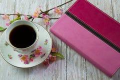 Kvinnas bibel med en kopp kaffe eller ett te Fotografering för Bildbyråer