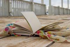 Kvinnas dagbok och halsduk Arkivbilder