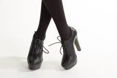 Kvinnas dyra läderskor Arkivfoto
