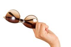 Kvinnas exponeringsglas för sol för hand hållande Arkivbilder