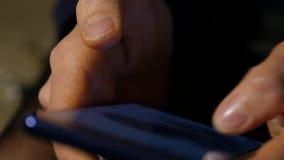 Kvinnas fingrar på en pekskärm av smartphonen flicka som bläddrar internet för online-shopping långsam rörelse stock video