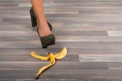 Kvinnas fot och banan Royaltyfri Fotografi
