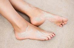 Kvinnas fot på sanden fotografering för bildbyråer