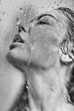 Kvinnas framsida i det våta exponeringsglaset Royaltyfria Foton
