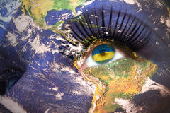 Kvinnas framsida med planetjordtextur och rwandan flagga inom ögat Arkivbilder