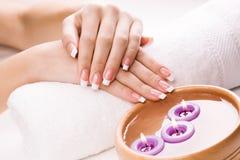 Kvinnas händer med aromatiska stearinljus och handduken. Spa Arkivfoton