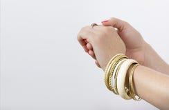 Kvinnas händer med gula armband royaltyfria foton