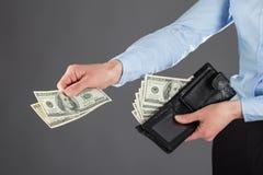 Kvinnas händer som betalar pengar Arkivfoto