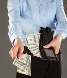 Kvinnas händer som betalar pengar Royaltyfri Fotografi
