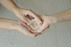 Kvinnas händer som ger en kvartskristall en till andra Royaltyfria Foton