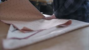 Kvinnas händer som viker tyg på den wood tabellen stock video