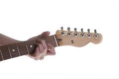 Kvinnas hand- och gitarrackord Arkivfoto