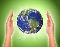 Kvinnas hand som rymmer jorden stock illustrationer
