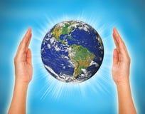 Kvinnas hand som rymmer jorden royaltyfri illustrationer