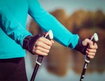 Kvinnas hand som rymmer nordiska gå poler Fotografering för Bildbyråer