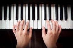 Kvinnas hand som spelar pianot royaltyfria bilder