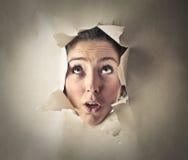 Kvinnas huvud i ett hål arkivbild