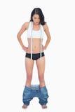 Kvinnas jeans som ner faller därför att borttappad vikt för shes Arkivbild