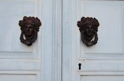 Kvinnas knackare för huvuddörr royaltyfria bilder