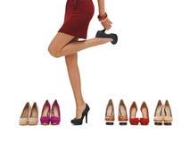 Kvinnas långa ben med höga häl arkivbild