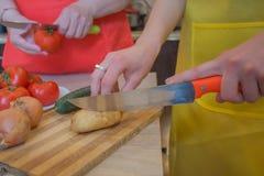 Kvinnas laga mat sunda m?l i k?ket Inkludera nya organiska gr?nsaker p? tr?golv R? gr?nsaker p? tabellen royaltyfri fotografi