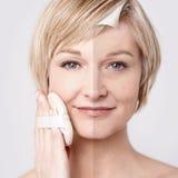 Kvinnas makeup för framsida före och efter arkivbilder