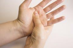 Kvinnas massage för handsjälv Royaltyfria Bilder
