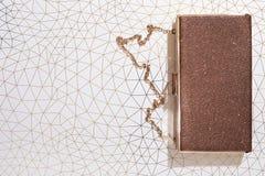 Kvinnas påse för kopplinghandväska på skinande bakgrund, bästa sikt, beröm, Royaltyfri Foto