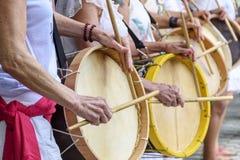 Kvinnas percussionists som spelar valsar under folk sambakapacitet royaltyfri bild