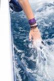 Kvinnas rörande skumma vatten för hand Royaltyfria Foton
