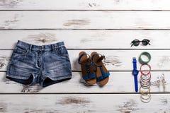 Kvinnas stilfulla kortslutningar och skodon Arkivbilder