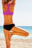 Kvinnas tillbaka sikt av kroppen i jämviktsyogaposition Arkivfoto