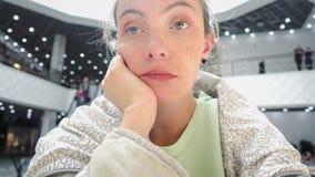 Kvinnasammanträde efter köp och känsla som tröttas eller borras stock video