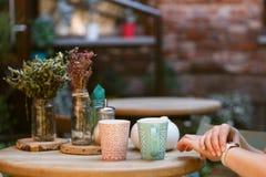 Kvinnasammanträde i ett kafé och vänta på någon som ser till hennes w royaltyfria foton