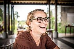 Kvinnasammanträde i ett tropiskt kafé på bakgrunden av en risterrass av den Bali ön, Indonesien royaltyfri fotografi