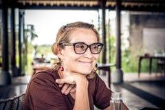 Kvinnasammanträde i ett tropiskt kafé på bakgrunden av en risterrass av den Bali ön, Indonesien arkivfoton